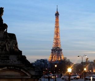 Франція подовжує комендантську годину