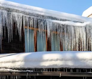 Маєш дім у Польщі? Прибери сніг із тротуару, бо отримаєш штраф