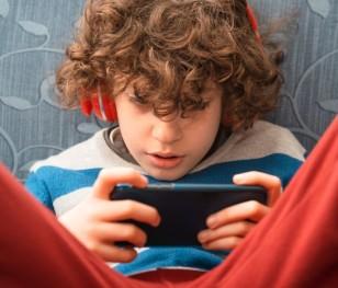 Скільки поляки витрачають на мобільний телефон для дитини?