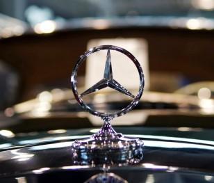 Mercedes призупиняє виробництво автівок