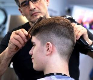 У Польщі місячні черги до перукарень